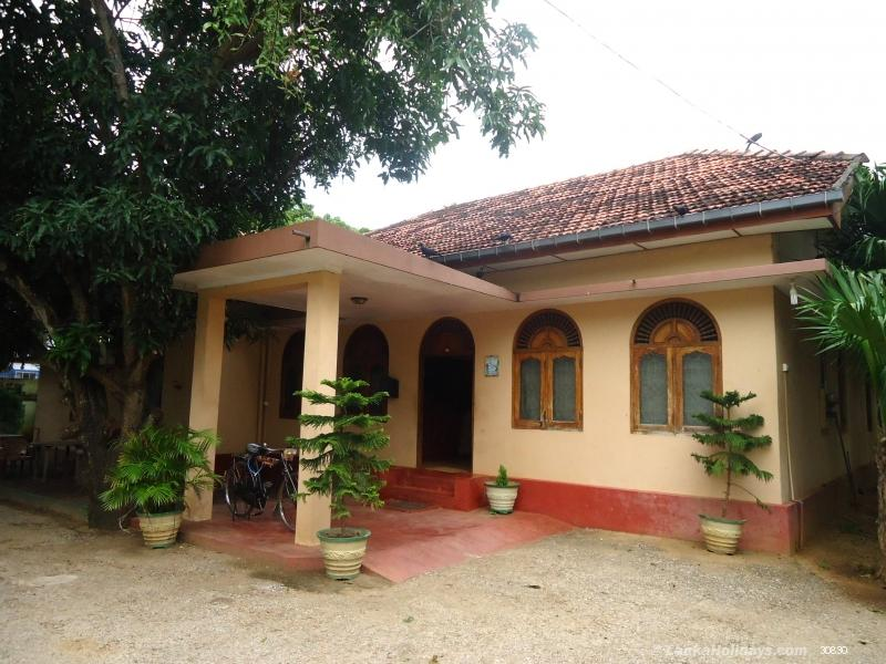 Serviced guest houses in jaffna jaffna guest house for Houses for sale with suites